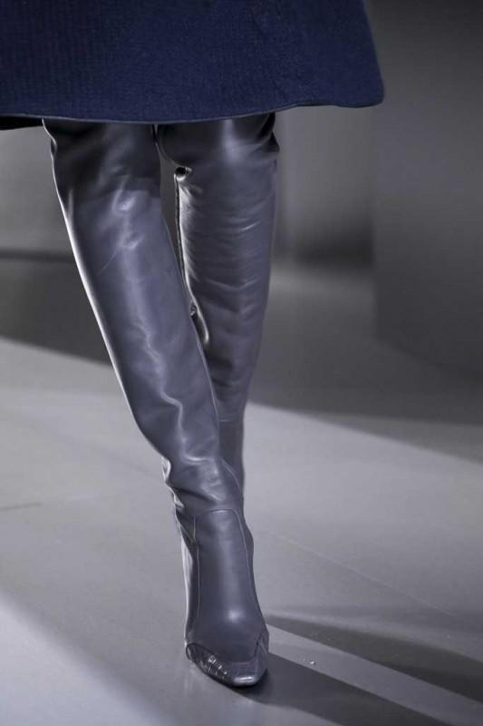 balenciaga-botas-altas-de-cuero en lila VOGUE.ES