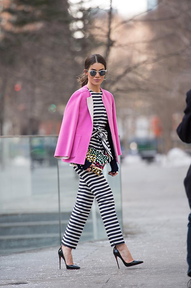 abrigo-rosa-mono-en-blanco-y-negro
